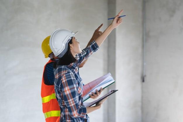 הקשר בין ליקויי בניה וערך הנכס – כל מה שחשוב לדעת